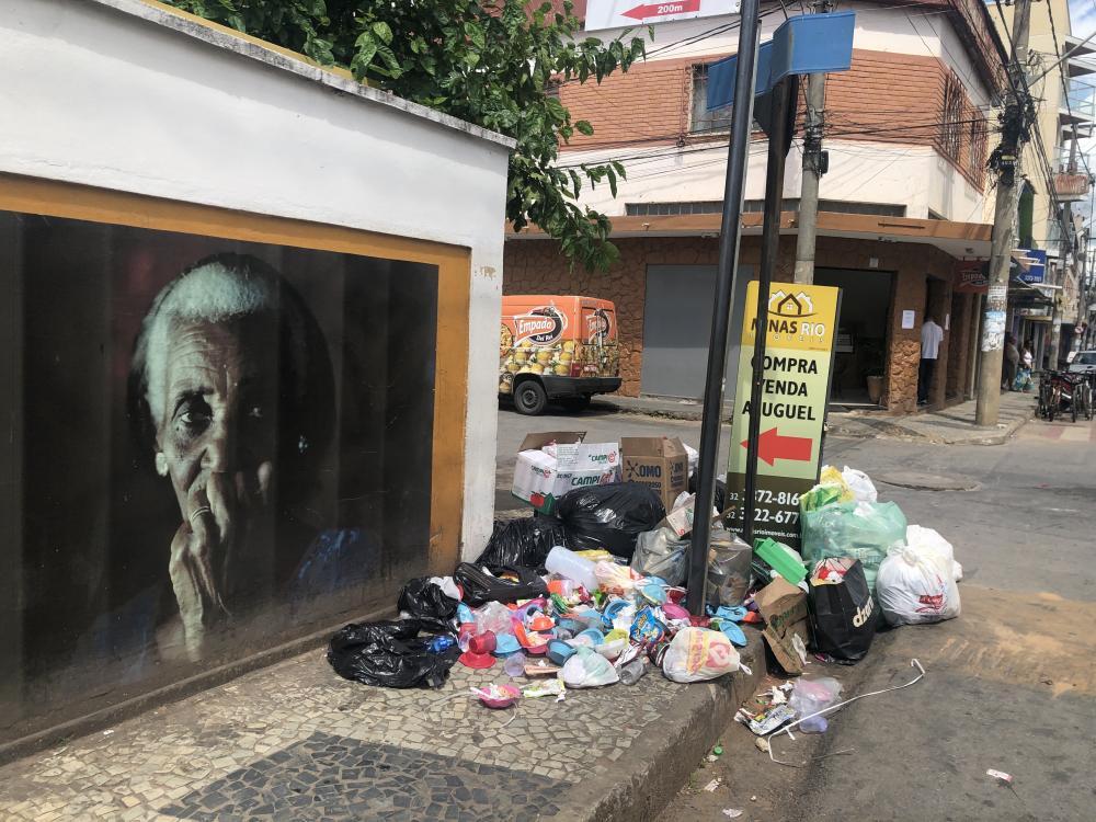 Lixo espalhado pelo chão e esquinas emporcalha o bairro do Matosinhos