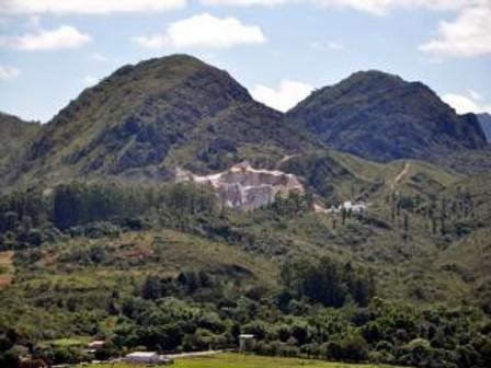 Mineração Omega explora a Serra de São José em Santa Cruz de Minas