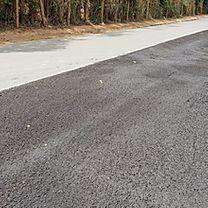 Trator da prefeitura de SJDR joga asfalto, mas não resolve o problema do escoamento