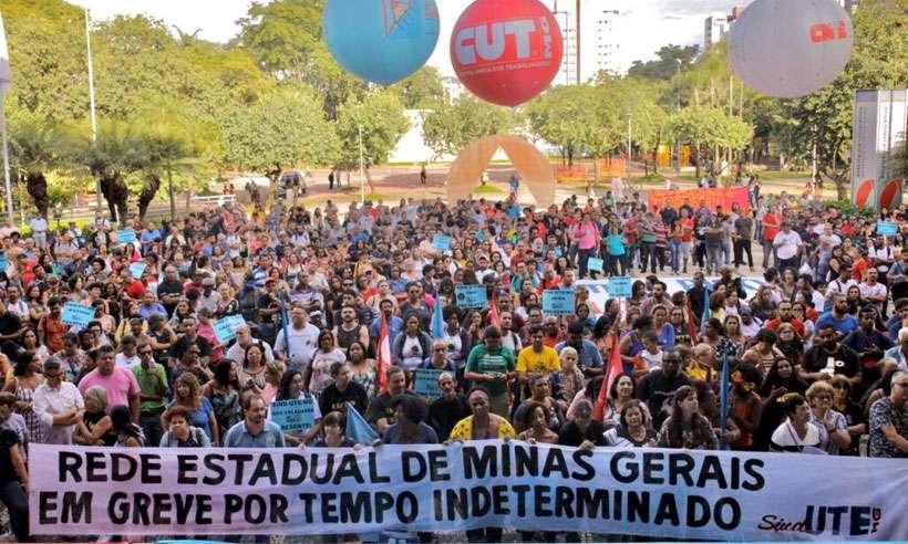 Profissionais da educação reunidos ontem no pátio da ALMG, em Belo Horizonte (foto: Isis Medeiros/Sind-UTE/MG)
