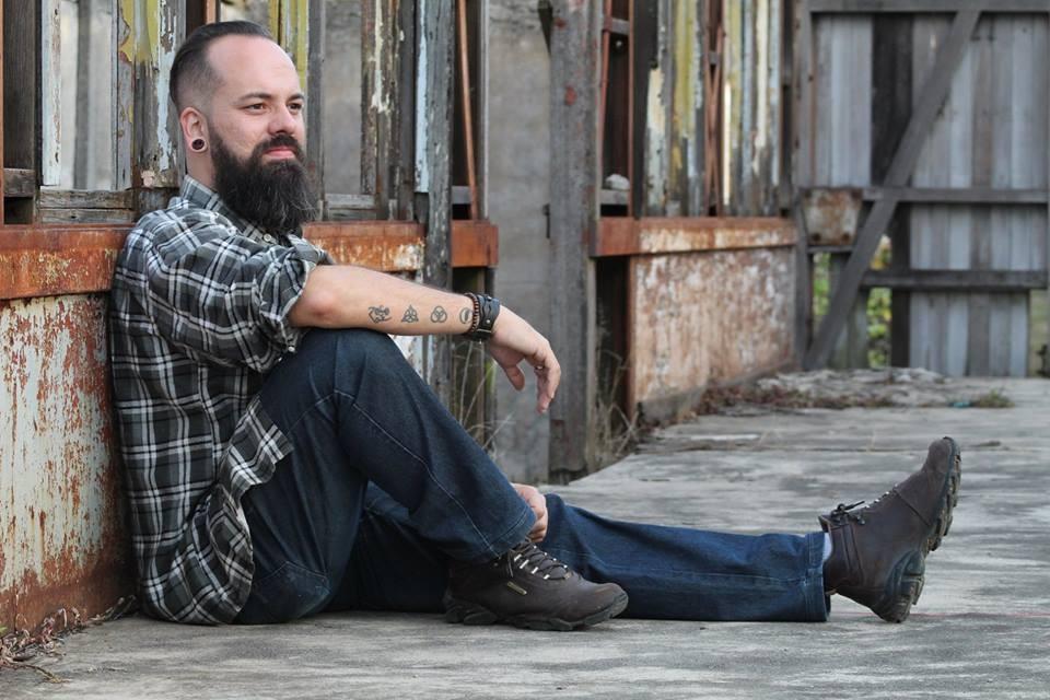 Thiago Ribeiro é um dos tatuadores mais conceituados do país. Com extenso currículo em design gráfico e mais de 16 anos como tatuador, Thiago atuou em diversos estados, além do exterior, e já realizou mais de 30 workshops sobre tatuagem ao longo da carrei