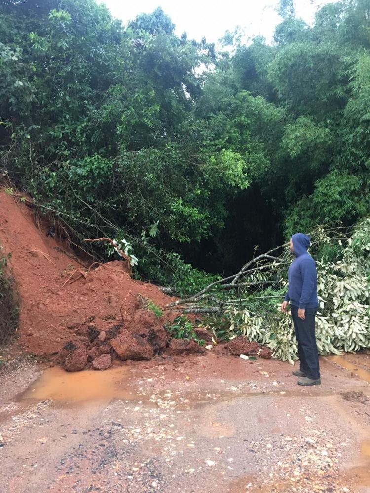 Rua Imigrante Lucindo Tarôco, na Colônia do Felizardo, totalmente bloqueada devido às chuvas. Foto: