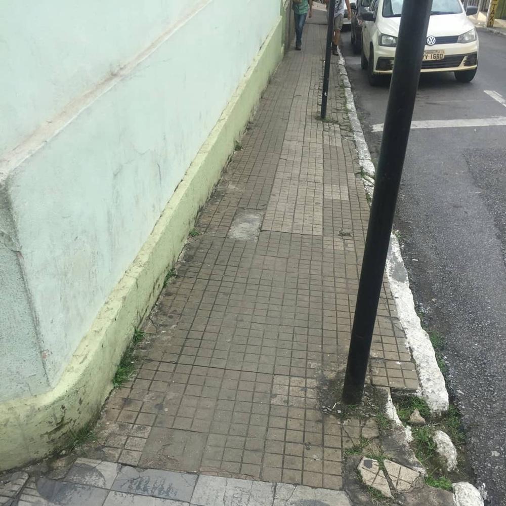 Pedestres precisam fazer malabarismo e Coletivo Lafaiete da Gente cobra solução para calçadas