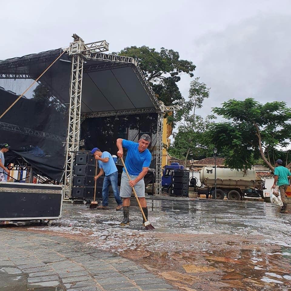 Prefeito de Tiradentes participa de mutirão da limpeza no Largo das Forras