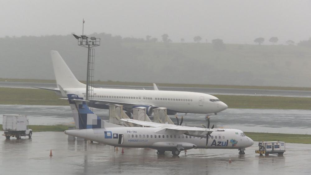 Avião com deportados chega ao Aeroporto Internacional de Belo Horizonte, em Confins — Foto: Reprodução/TV Globo