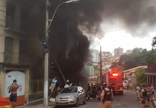 Incêndio atinge prédio e deixa 12 feridos e uma morte em Barbacena. Foto: Mais Vertentes
