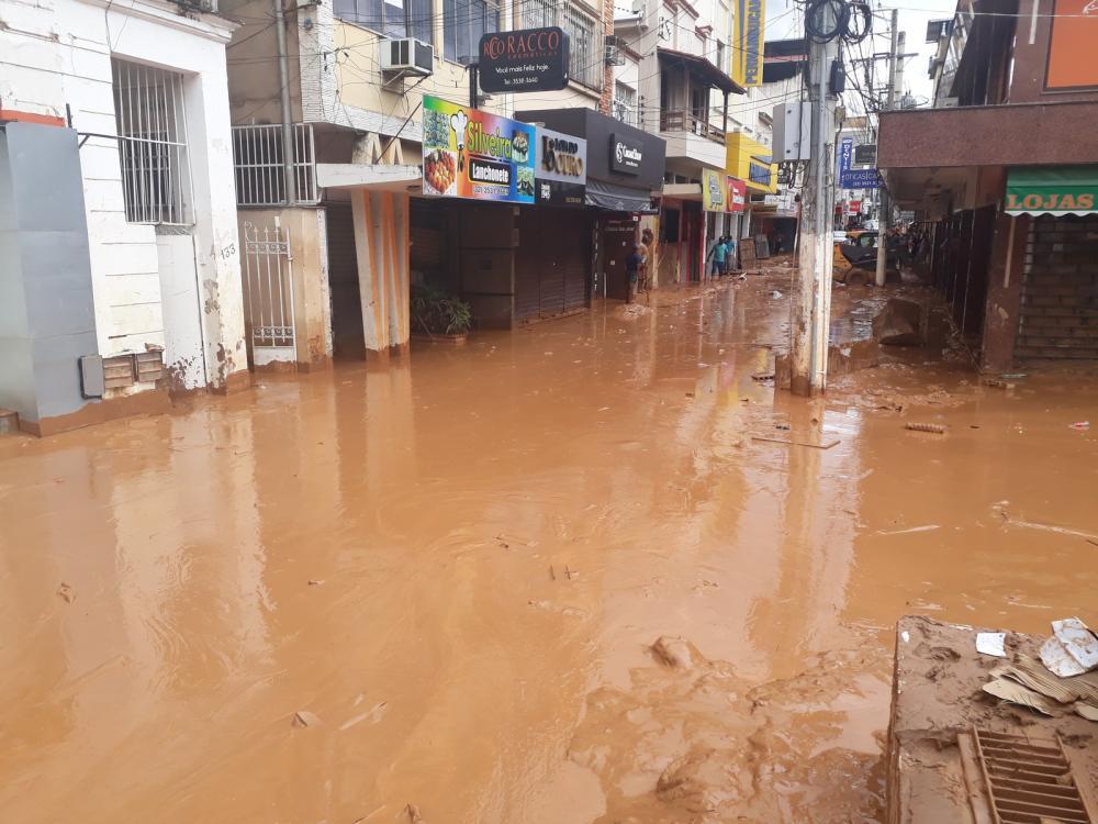 Ruas ficaram alagadas e água invadiu estabelcimentos durante forte chuva em Ubá — Foto: Prefeitura/Divulgação