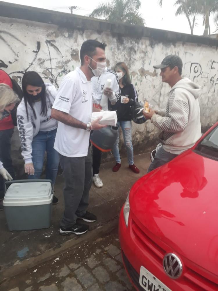 São-Joanenses distribuem café da manhã para pessoas na fila da CEF