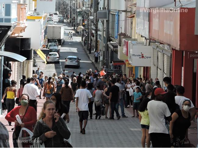 Aglomerações e desrespeito da população ao decreto municipal que autorizou a reabertura do comércio em Varginha. Foto: Márcio Borges / Varginha Online