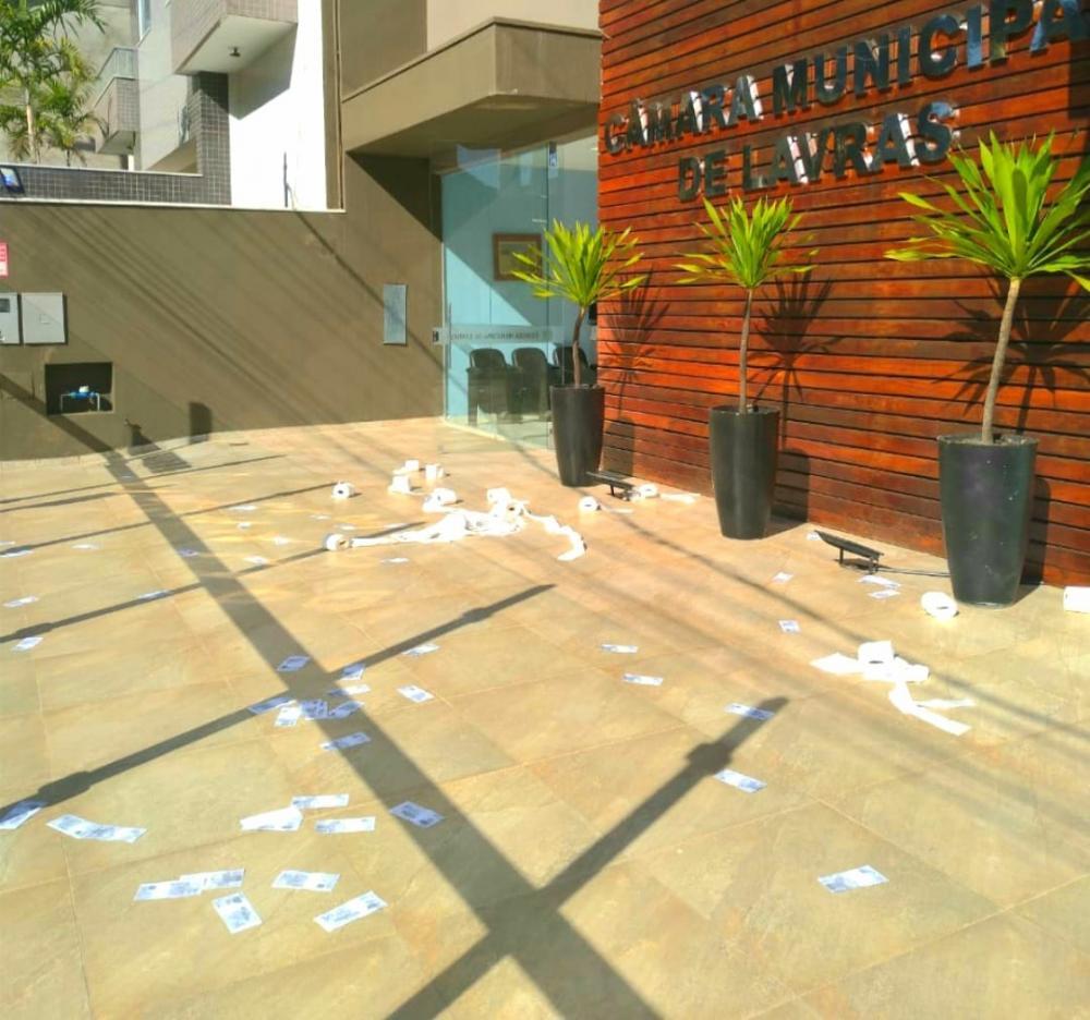 Câmara Municipal de Lavras amanhece com papel higiênico e