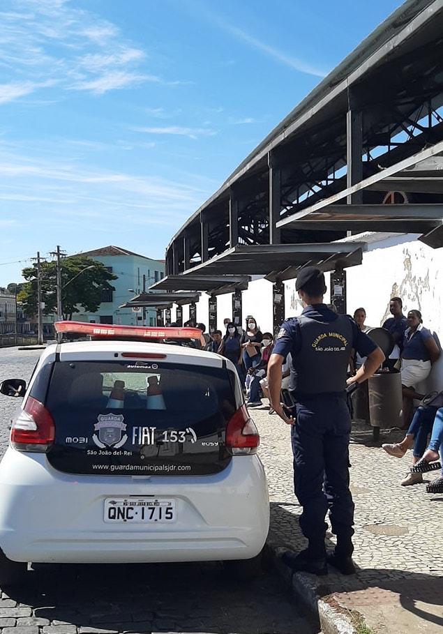 Guarda Municipal de SJDR pede distanciamento entre as pessoas em ponto de ônibus. Foto: Guarda Municipal de SJDR