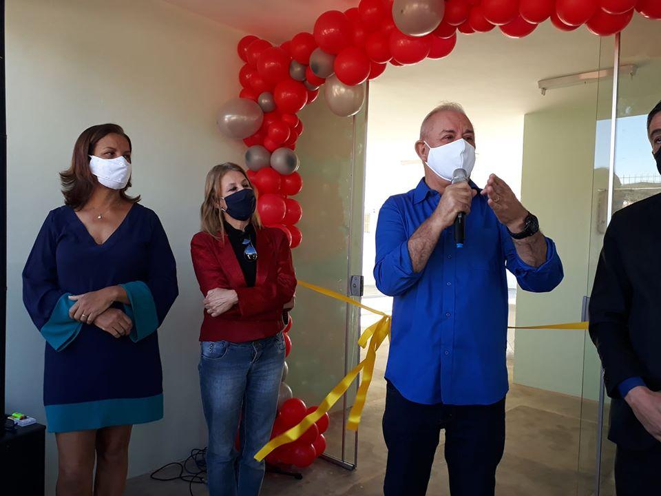 Foto: Na foto, Márcia Carvalho, viúva do vereador Roberto da Albertina, a secretária de Educação, Cintia Leite, e o prefeito Nivaldo. Por Orlando Barros